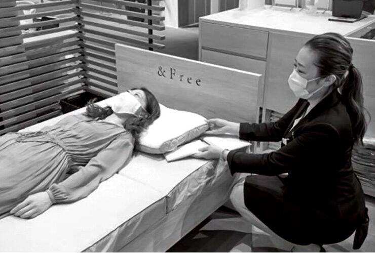 西川の眠りのプロ「スリープマスター」。店舗に常駐し、睡眠環境を提案する。