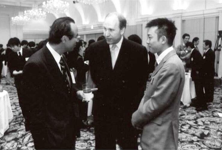 サンブリッジ代表マイナーさんと、若き日のクオン武田社長(右)と。