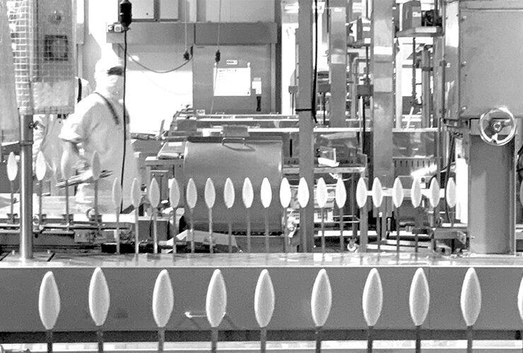 高政の工場の生産ラインでは1日に7万枚ほどのかまぼこが生産される。