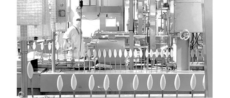 工場の生産ラインでは1日に7万枚ほどのかまぼこが生産される。